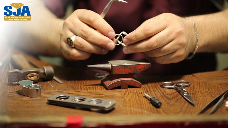 Định giá trang sức dựa trên những yếu tố nào?